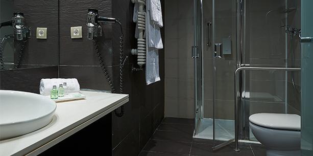 Baño de la habitación del Hotel Hesperia Bilbao